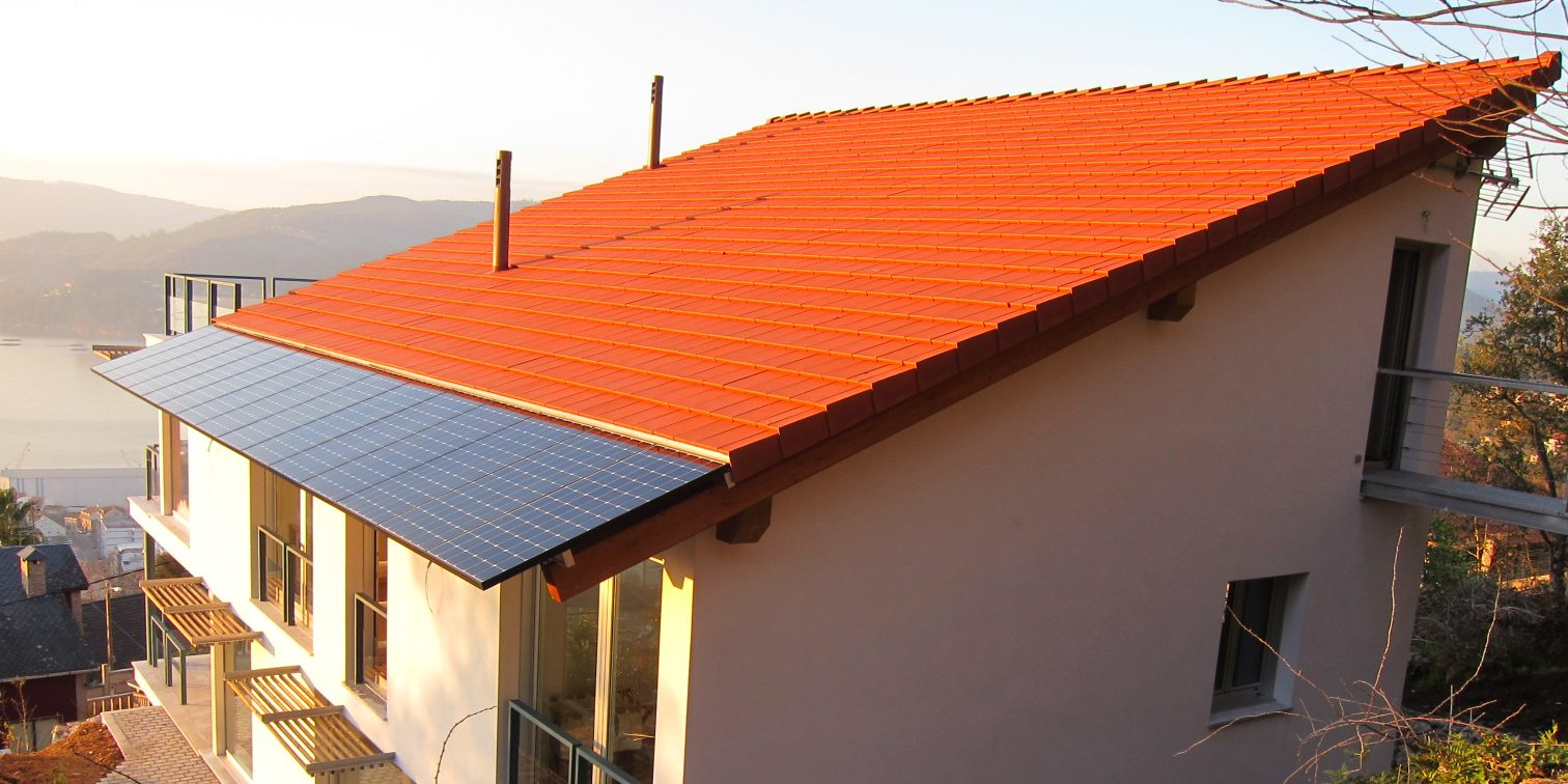 bmi_monier_Plana_natural_red_clayrooftile_solarpanel_house_image